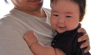 パパに抱っこされた赤ちゃん