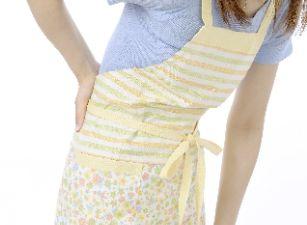 腰痛が辛い女性