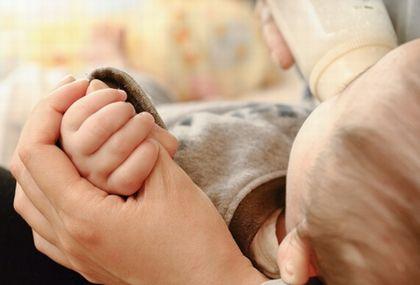 哺乳瓶でミルクをもらう赤ちゃん