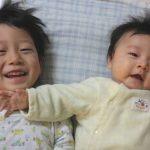 生まれたばかりの赤ちゃんとお兄ちゃん
