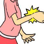 腱鞘炎で手首が痛む女性
