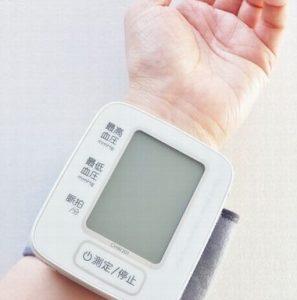 血圧を測っている様子
