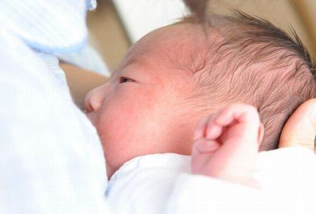 ママから母乳をもらう赤ちゃん