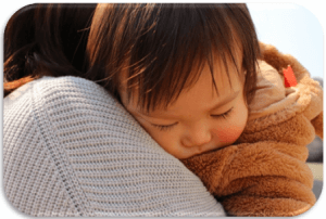 ママにおんぶされ寝ている赤ちゃん