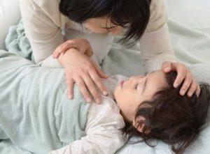子供を寝かしつけるママ