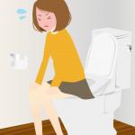 トイレで便秘に苦しむ女性
