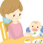 赤ちゃんと食事をするママ