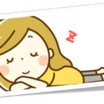 うつぶせ寝で寝ている女性