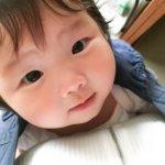 抱っこひもで抱えられる赤ちゃん