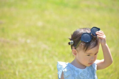 赤ちゃんがお散歩で日光浴するさま