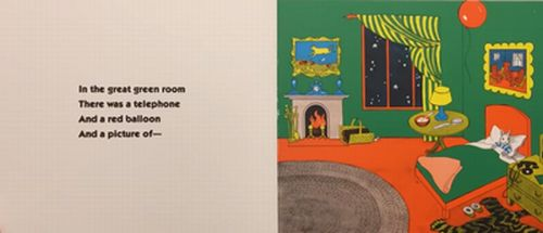 広いお部屋に様々な家具などがある